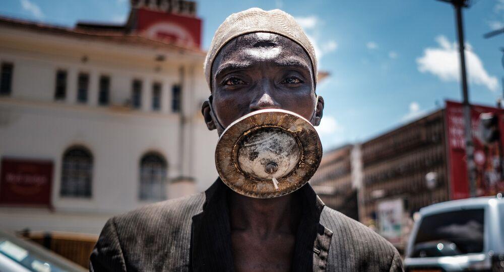 رجل يرتدي قناعًا من صنعه في كمبالا، أوغندا 1 أبريل 2020