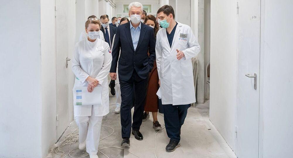 عمدة موسكو سيرغي سوبيانين أثناء زيارته للقسم الطبي رقم 6 في مستشفى المدينة السريري إس. إ. سباسوكوكوتسكوغو في شمال موسكو. ومن المخطط افتتاح هذا القسم لاستقبال مرضى Covid-19 والمصابين بفيروس كورونا في 13 أبريل.
