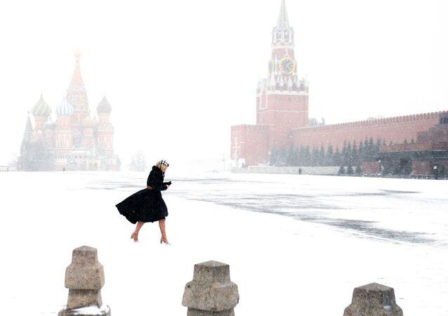 فتاة على خلفية الساحة الحمراء الخالية من الزوار في موسكو، 31 مارس 2020