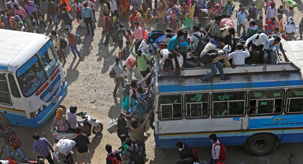 عمال مهاجرون في حافلات مزدحمة في غازي آباد، يحاولون العودة إلى منازلهم، بعد الإعلان عن الإغلاق التام بسبب انتشار فيروس كورونا في الهند 29 مارس 2020