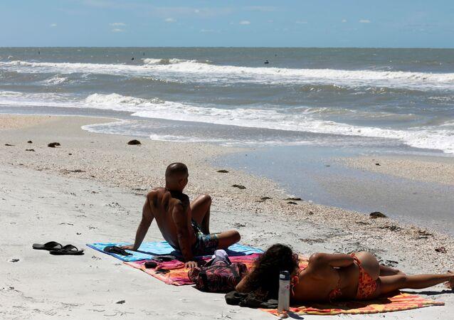 بعض الناس يقضون وقتهم على البحر، على الرغم من إغلاق شاطئ مقاطعة بينيلاس بسبب قيود مرض فيروس التاجي (COVID-19) في فلوريدا، الولايات المتحدة 1 أبريل 2020