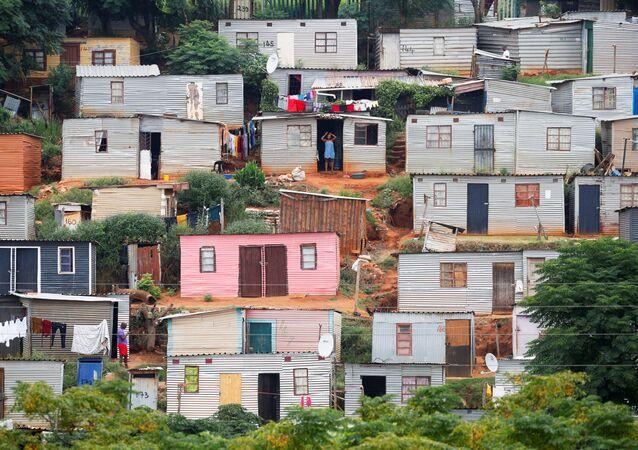 نظرة عامة على الأكواخ خلال إغلاق لمدة 21 يومًا على مستوى الدولة، في محاولة لاحتواء تفشي مرض فيروس كورونا (COVID-19) في بلدة أوملازي بالقرب من ديربان، جنوب أفريقيا، 31 مارس 2020