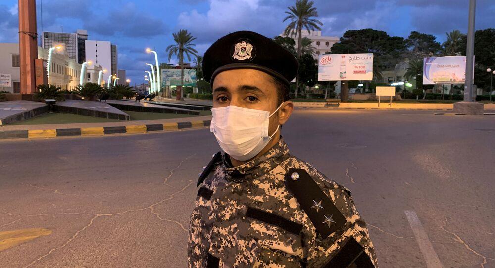 جندي ليبي يرتدي قناعا طبيا للحماية من كورونا