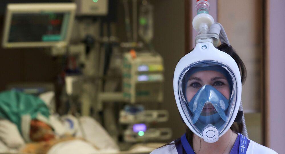 ممرضة ترتدي قناع الغطس المصمم من شركة ديكاثلون