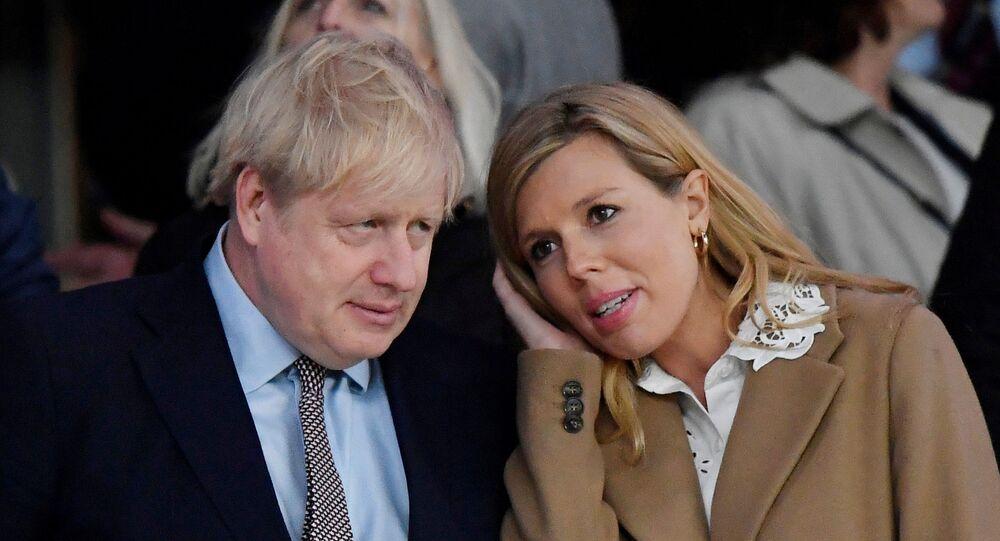 رئيس وزراء بريطانيا بوريس جونسون مع خطيبته كاري سيموندس