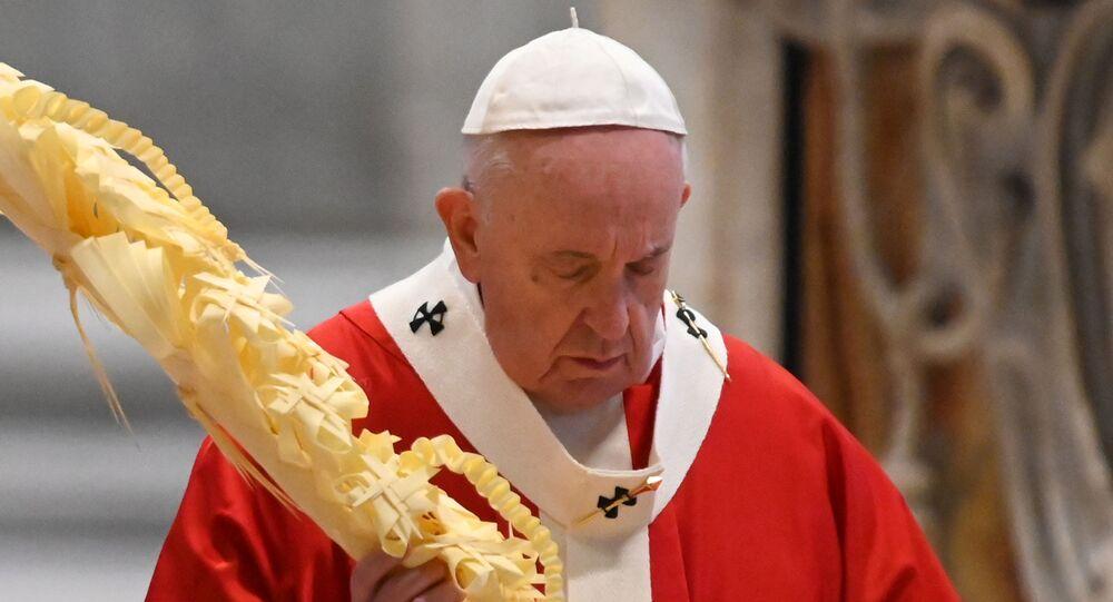 البابا فرنسيس يحمل فرعا من النخيل في أحد السعف في كاتدرائية القديس بطرس دون مشاركة عامة بسبب انتشار فيروس كورونا، 5 نيسان/ أبريل 2020