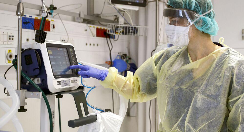 جهاز تنفس صناعي داخل غرفة عناية مركزة