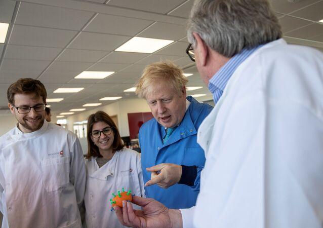 رئيس وزراء بريطانيا بوريس جونسون في معمل تحاليل لإجراء اختبارات بشأن إصابته بفيروس كورونا المستجد