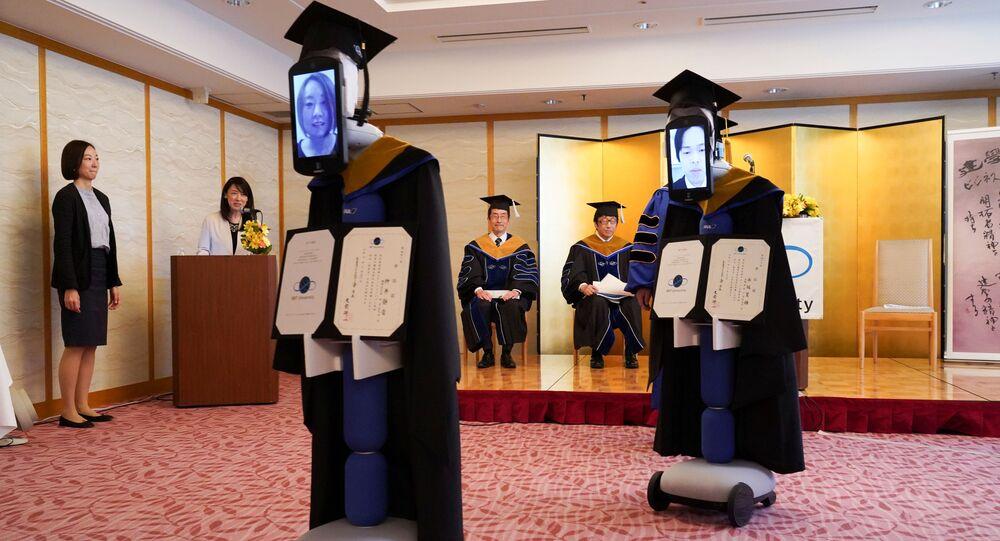 روبوتات تحضرالتخرج بدلا من الطلاب في اليابان