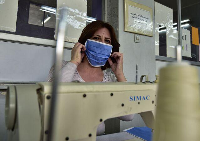 الحكومة السورية تستنجد بالمدارس المهنية لتلبية الطلب على الكمامات، في ظل انتشار كورونا في سوريا