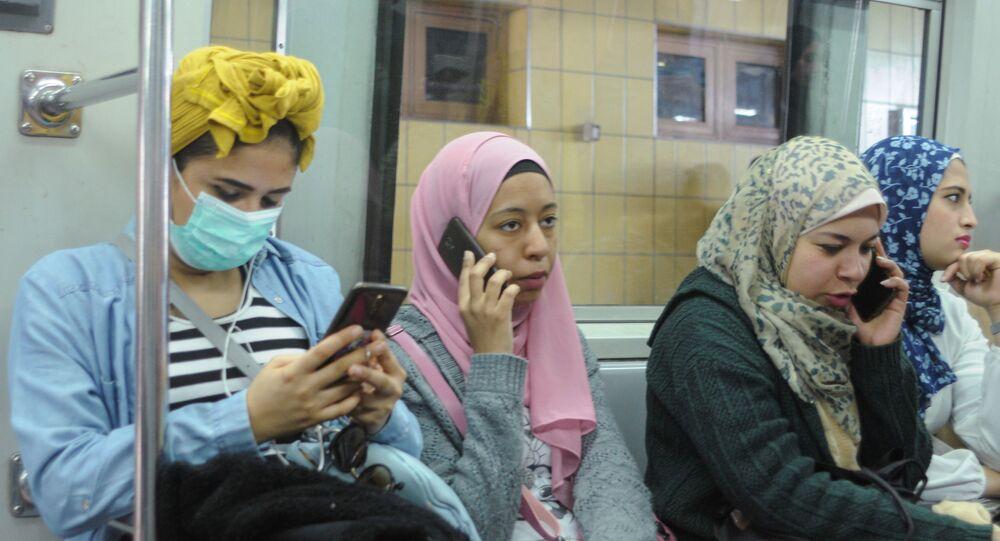 سيدات مصريات داخل مترو الأنفاق بعد تفشي فيروس كورونا في البلاد أبريل / نيسان 2020