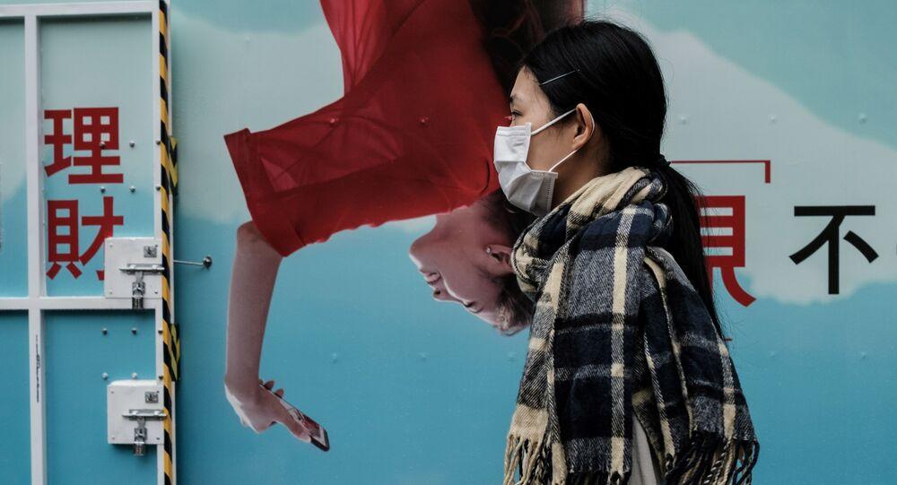 هذه الصورة التقطت في هونغ كونغ في 18 مارس 2020، كانت ماندي تانغ، تعمل مصممة ديكور وأصبحت الآن ربة منزل، تسير هنا في طريقها إلى سوق قريب.