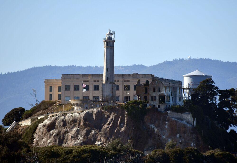 سجن فيدرالي مهجور وأقدم منارة تعمل في جزيرة ألكاترا في خليج سان فرانسيسكو، الولايات المتحدة