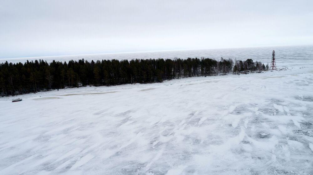 منارة في جزيرة إيفانوفسكي عند مدخل خليج بتروزافودسك في بحيرة أونيغا الروسية