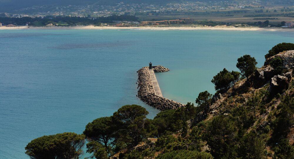 منظر للرصيف والمنارة من قلعة جنوة في طبرقة، شمال تونس