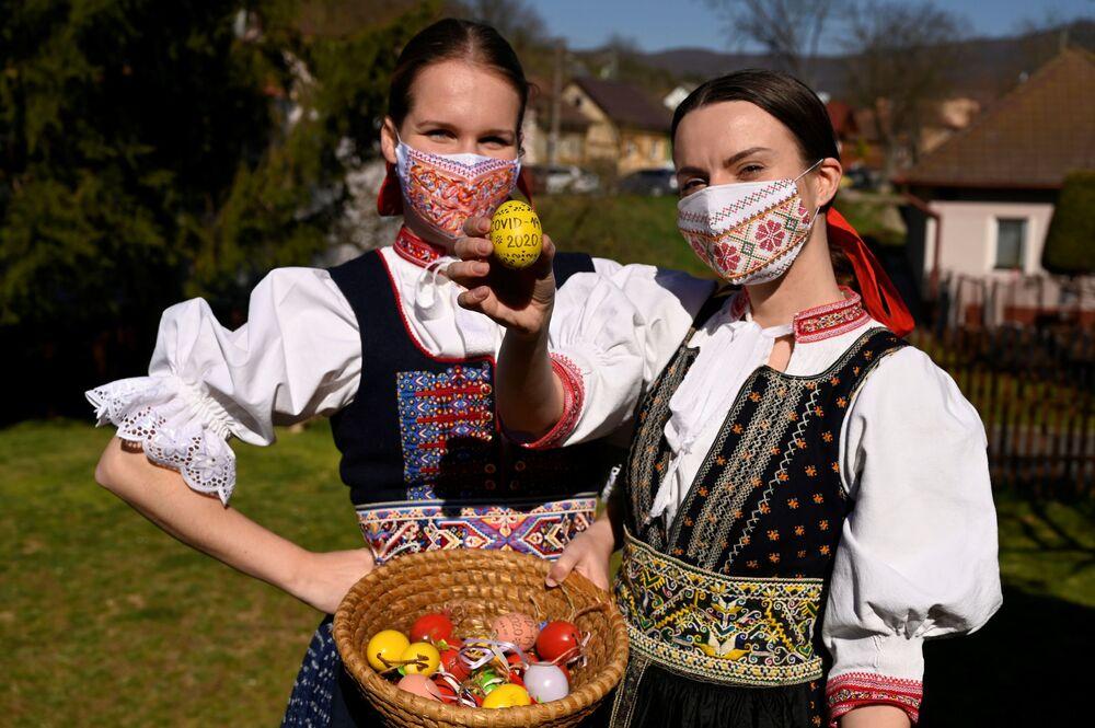 التحضيرات للاحتفال بعيد الفصح في قرية سوبلاهوف، على الرغم من انتشار فيروس كورونا في سلوفاكيا 7 أبريل 2020