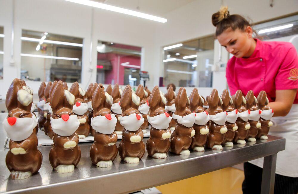 التحضيرات للاحتفال بعيد الفصح، مخبزBaeckerei Bohnenblust في برن، على الرغم من انتشار فيروس كورونا في سويسرا 7 أبريل 2020