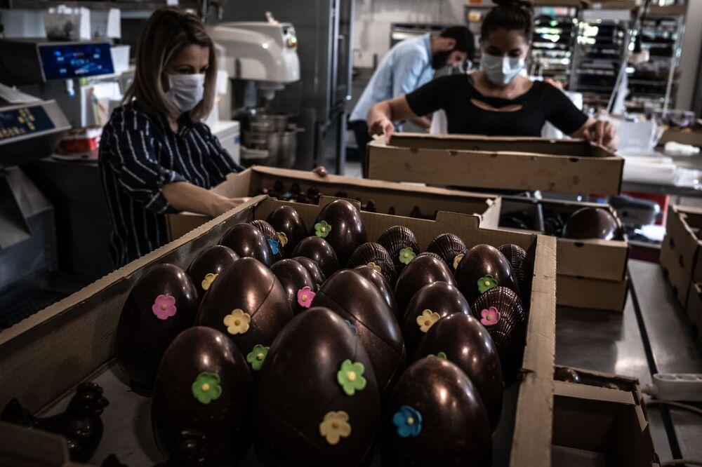 التحضيرات للاحتفال بعيد الفصح في لانديفيسيو، صانعة الشوكولاتة ديديه جيرار في محل للشوكولا في فورل، على الرغم من انتشار فيروس كورونا في فرنسا 7 أبريل 2020