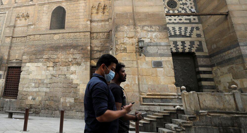 مواطن يرتدي كمامة في أحد شوارع القاهرة التاريخية - كورونا - مصر