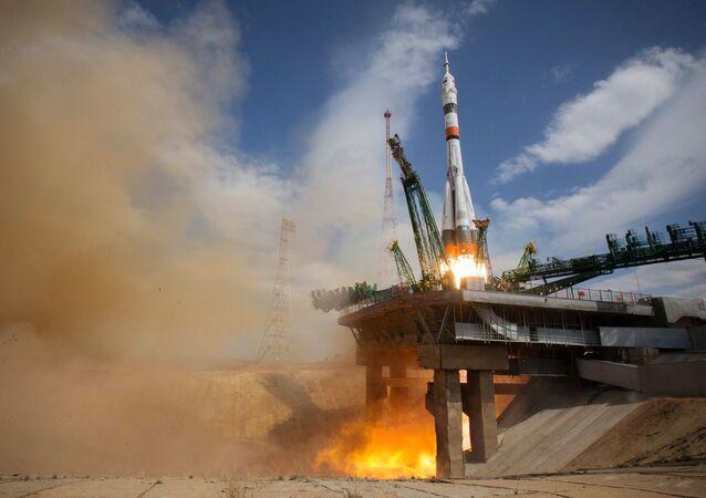إطلاق مركبة الإطلاق سويوز-2.1 مع المركبة الفضائية سويوز-ام اس-16مع طاقم محطة الفضاء الدولية بعثة رقم63 من منصة الإطلاق في قاعدة بايكونور 8 أبريل 2020