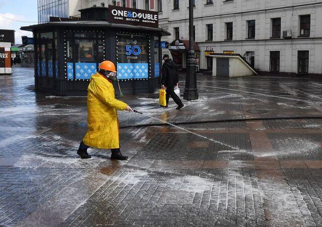 تعقيم الطرق والأرصفة في موسكو، روسيا 5 أبريل 2020