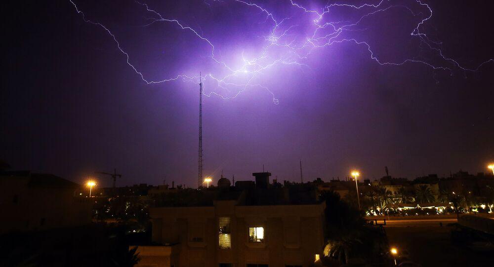 وميض برق في السماء فوق منطقة الرميثية في مدينة الكويت خلال عاصفة، الكويت 7 أبريل 2020
