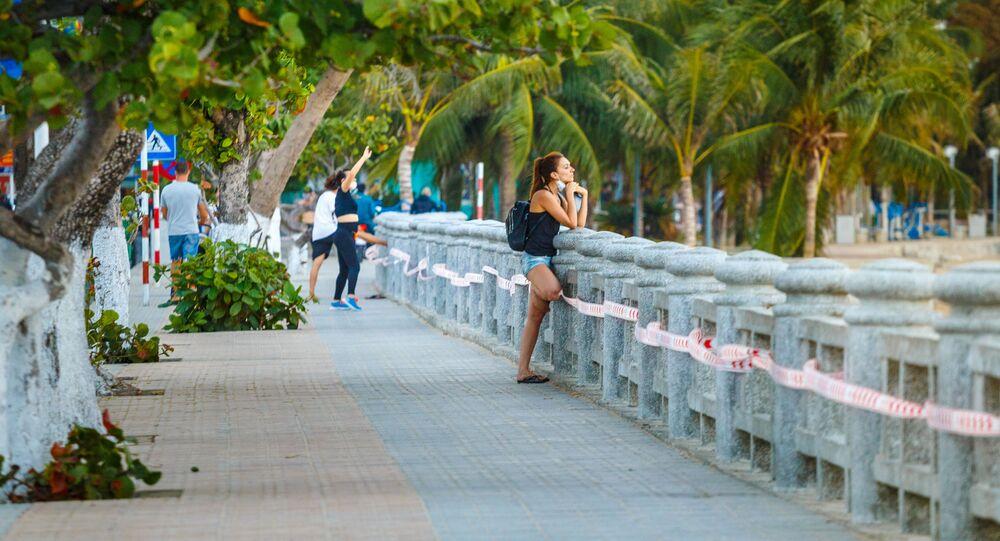 فتاة على شاطئ في منتجع نها ترانج في فيتنام، على خلفية توقف السياحة إلى البلاد، 4 أبريل 2020