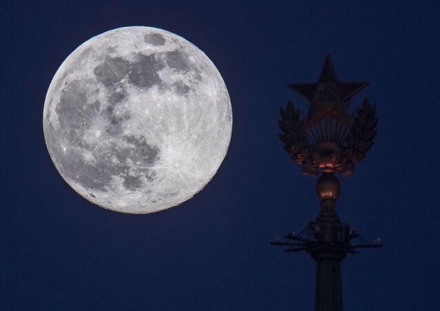 القمر العملاق في موسكو، روسيا 7 أبريل 2020