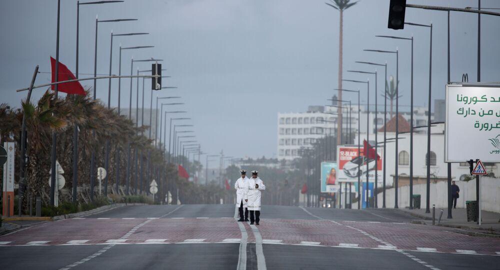 عناصر من الشرطة المغربية، أثناء الخدمة، في أعقاب مرض فيروس كورونا (كوفيد-19) في الدار البيضاء، المغرب ، 24 مارس / آذار 2020
