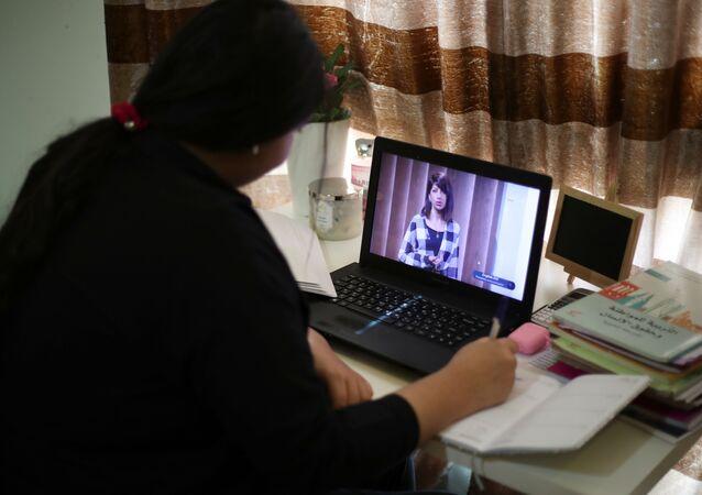 طالبة من المدرسة الحكومية أثناء التعليم في المنزل عبر الإنترنت، في أعقاب تفشي مرض فيروس كورونا (كوفيد-19) في المنامة، البحرين 25 مارس / آذار 2020
