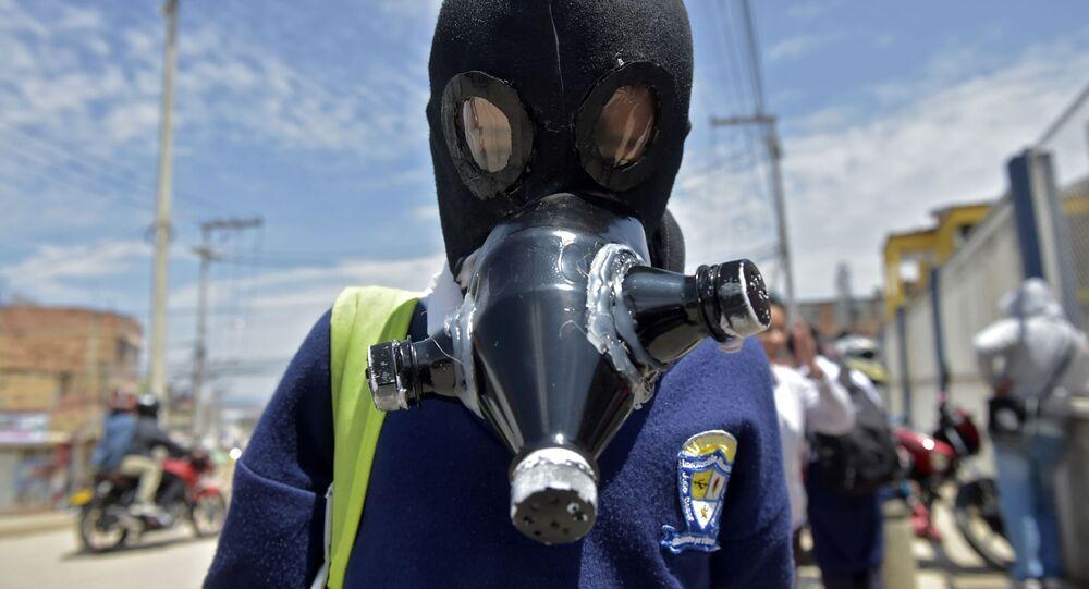 طالب كولومبي يرتدي قناعا للوقاية من عدوى فيروس كورونا في سوتشا، كولومبيا 11 مارس 2020