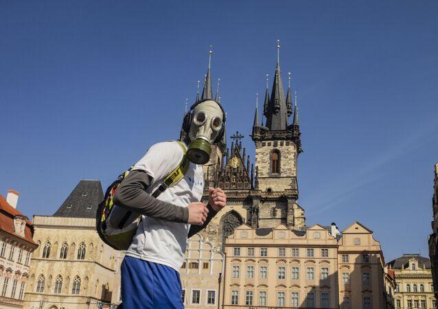 رجل يرتدي قناعا للوقاية من عدوى فيروس كورونا في براغ، التشيك 18 مارس 2020