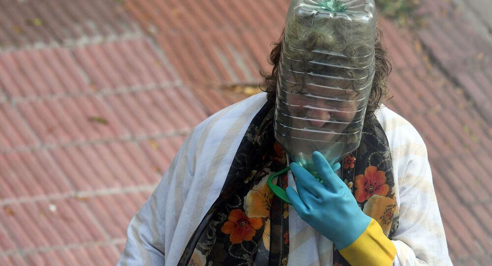 فتاة ترتدي قناعا للوقاية من عدوى فيروس كورونا في مونتيفيديو، أوروغواي 12 أبريل 2020