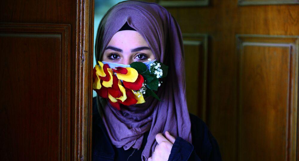 فتاة ترتدي قناعا للوقاية من عدوى فيروس كورونا في النجف، العراق  21 مارس 2020