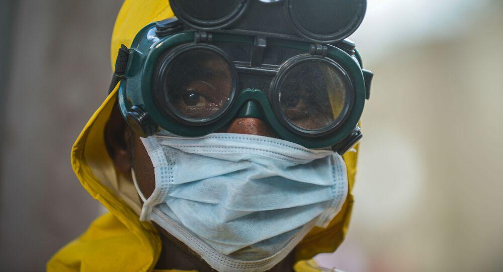 رجل يرتدي قناعا للوقاية من عدوى فيروس كورونا في أديس أبابا، إثيوبيا 20 مارس 2020
