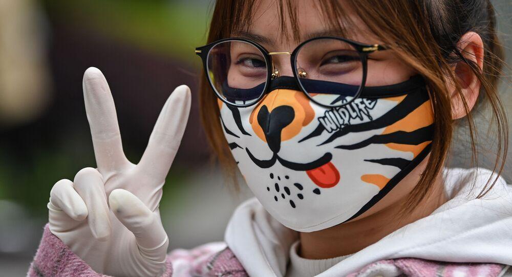 فتاة ترتدي قناعا للوقاية من عدوى فيروس كورونا في وهان، الصين 3 مارس 2020