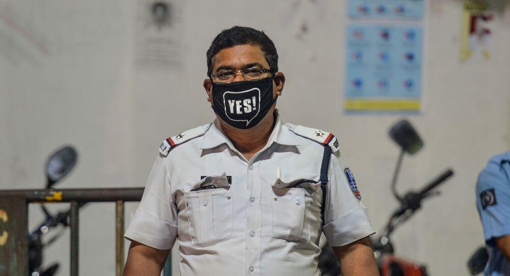 شرطي يرتدي قناعا للوقاية من عدوى فيروس كورونا في سيليغوري، الهند 2 أبريل 2020