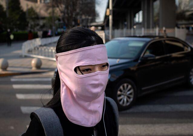 فتاة ترتدي قناعا للوقاية من عدوى فيروس كورونا في بكين، الصين 1 أبريل 2020