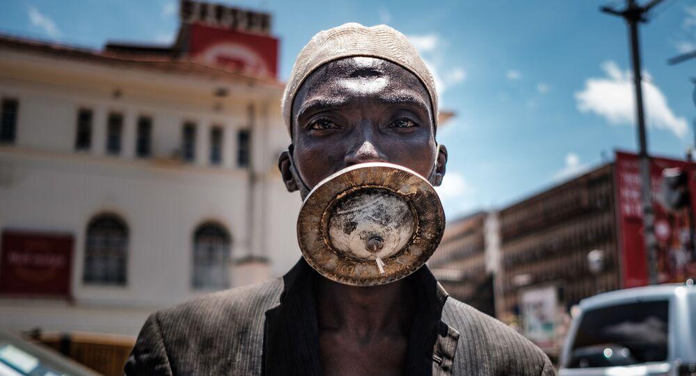 رجل يرتدي قناعا للوقاية من عدوى فيروس كورونا في كامبالا، أوغندا 1 أبريل 2020