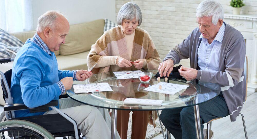 مجموعة من كبار السن يلعبون لعبة اللوتو