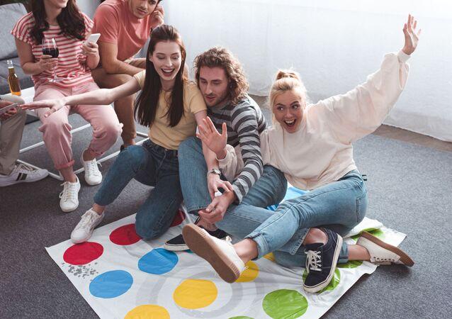 مجموعة من الشباب يلعبون لعبة تويستر