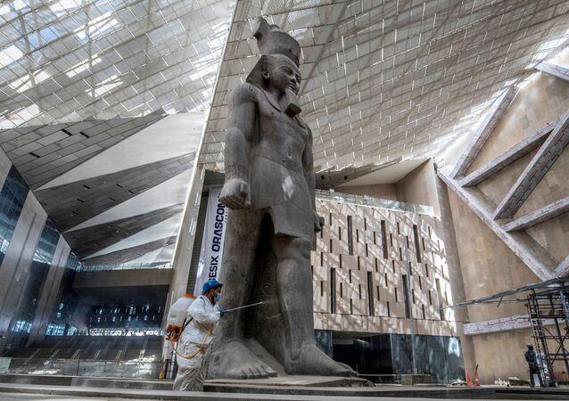 تعقيم تمثال رمسيس الثاني ضد فيروس كورونا في المتحف المصري الكبير، الذي شيد حديثا في الجيزة بضواحي  القاهرة ، 13 أبريل 2020.