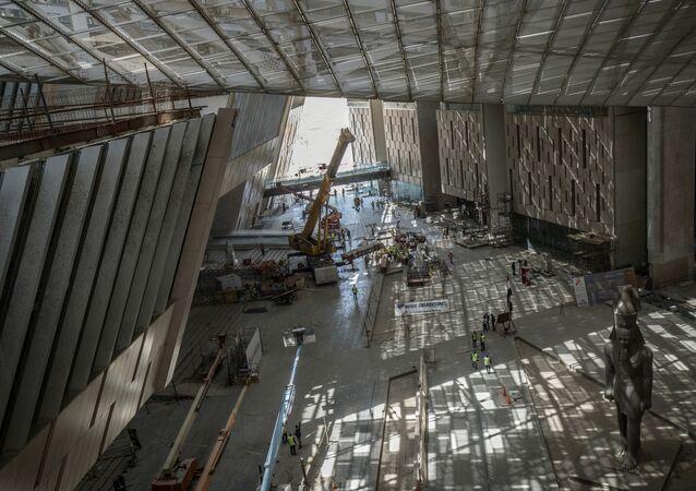 أعمال البناء لا تزال جارية في المتحف المصري الكبير، الذي شيد حديثا في الجيزة بضواحي  القاهرة ، 13 أبريل 2020.