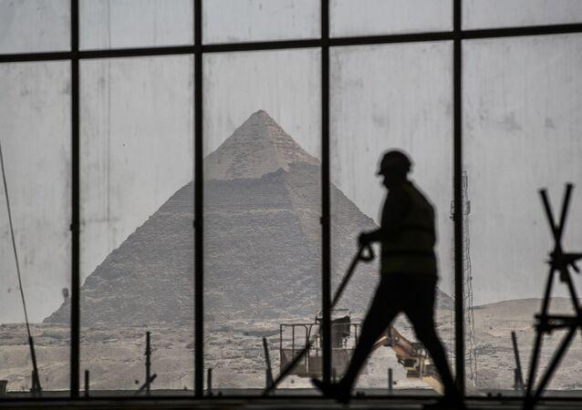 مشهد يطل على هرم خفرع من نافذة المتحف المصري الكبير، الذي شيد حديثا في الجيزة بضواحي  القاهرة ، 13 أبريل 2020.