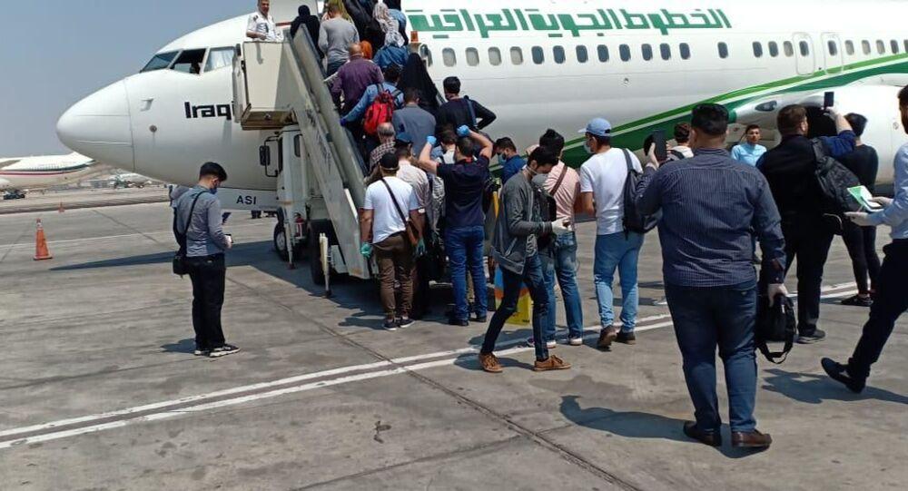العراق يعيد مواطنيه العالقين في مصر