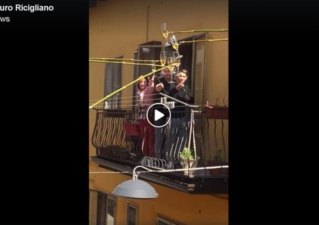 إيطاليون يشربون الكحول في ظل الحجر الصحي