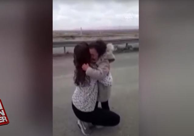 لقاء مؤثر بين أم وابنتها بعد فراق طويل بسبب كورونا.. فيديو