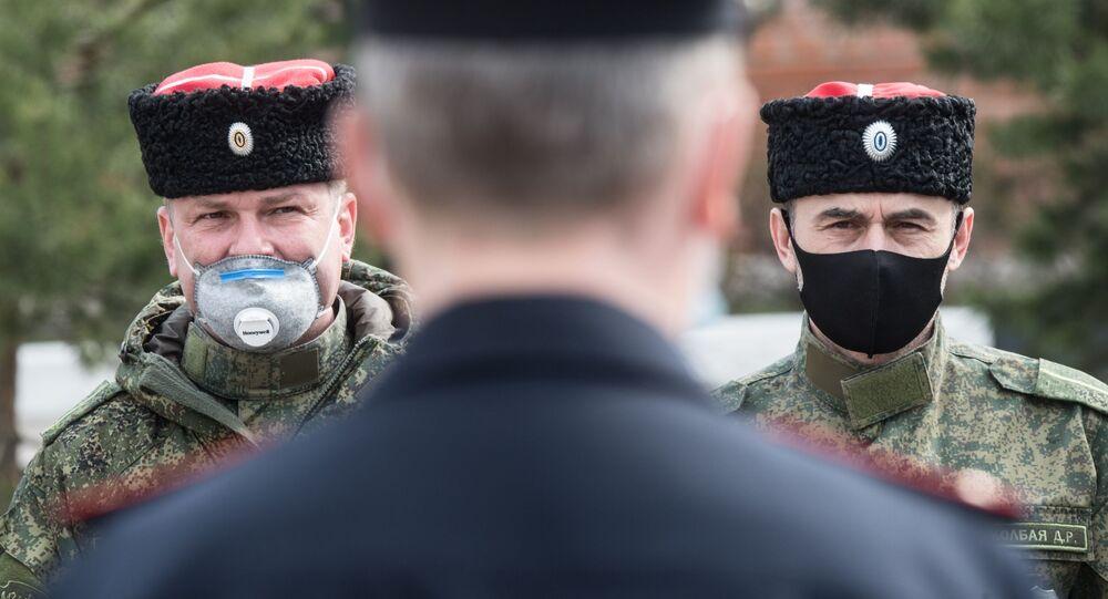 أفراد من جماعة القوزاق يشاركون الشرطة الروسية في دوريات بشوارع روزي خلال تطبيق نظام العزل الذاتي وتصاريح  المرور في ضواحي موسكو، 13 أبريل 2020