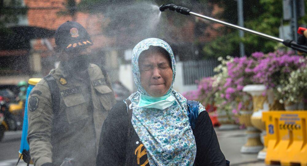 التعقيم و التطهير في إطار الإجراءات الوقائية ضد كورونا في إندونيسيا، أبريل 2020