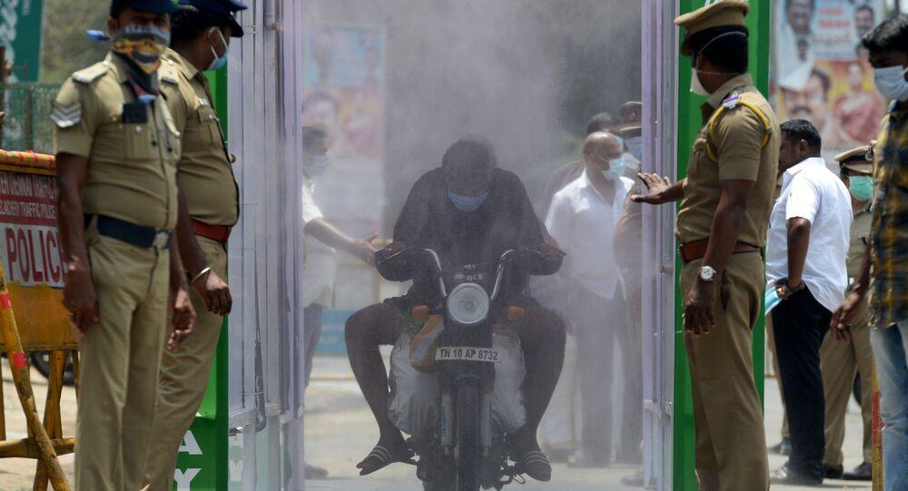 التعقيم و التطهير في إطار الإجراءات الوقائية ضد كورونا في الهند، أبريل 2020